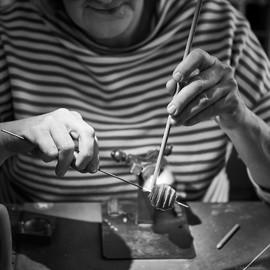 Hände Glasschmuckherstellung Rheinperlen