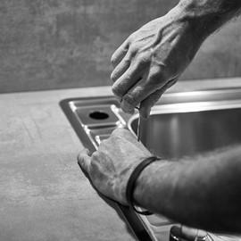 Hände Küchenmonteur
